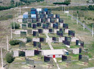 Figure 11 : la batterie d'héliostats disposés en terrasse en face du four solaire (photo Serge Chauvin).