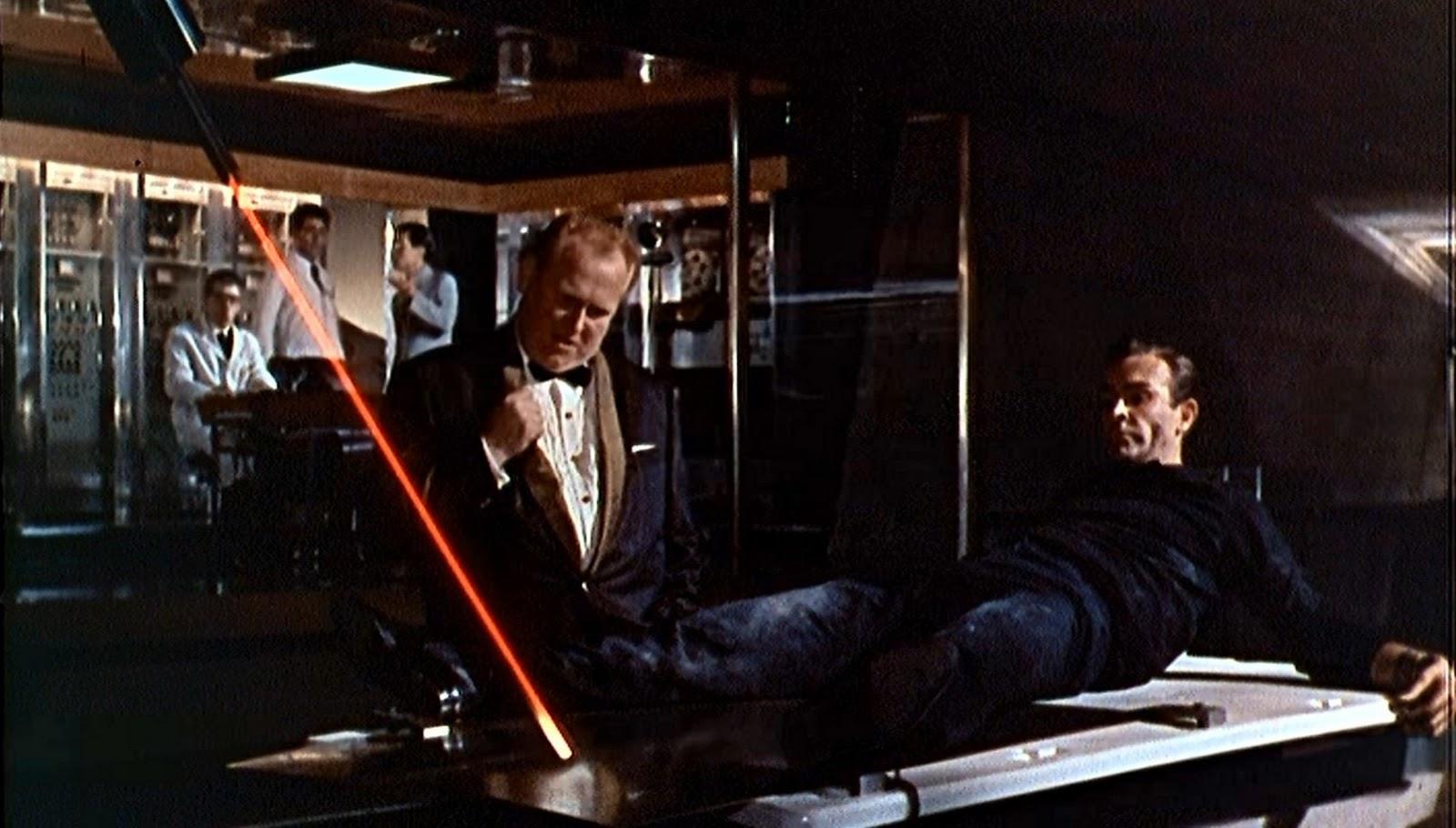 James Bond, interprété par Sean Connery, est allongé sur une table et risque l'émasculation par un rayon qui remonte depuis ses pieds jusqu'à son entrejambe.